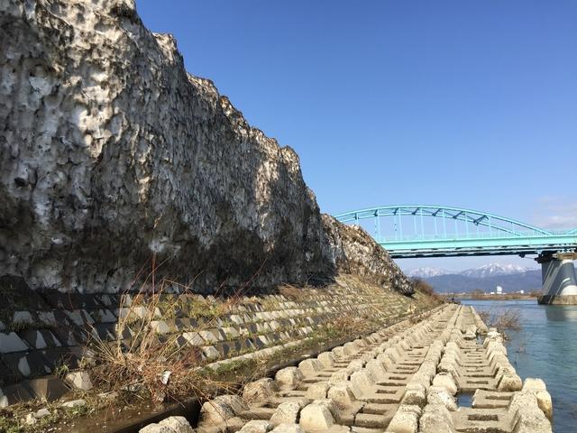 写真4_九頭竜橋_残雪の絶壁.jpg