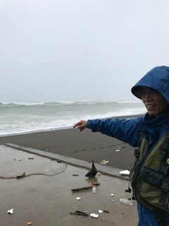 地元の漁師?荒れる海を指差す.JPG