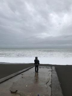 荒れる岩代浜で寂しくキャストする  S会員.JPG